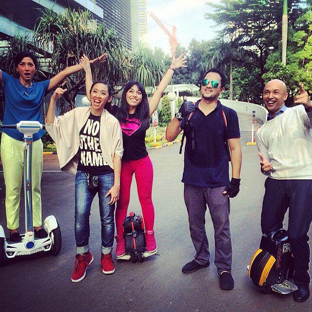 El truco esotérico de las actividades en la calle: montar en el monociclo eléctrico llamativo